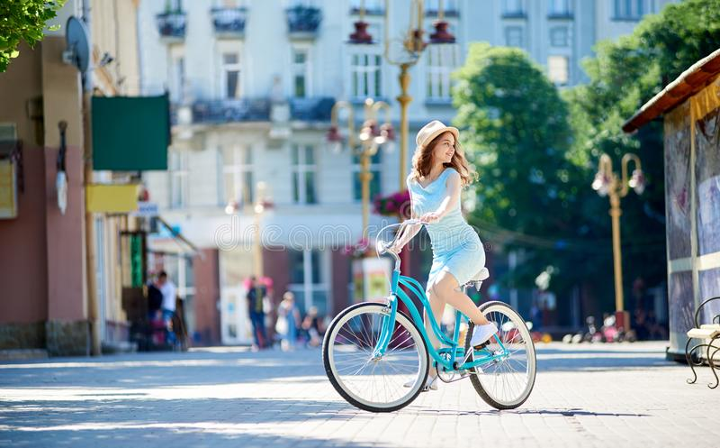 享用可爱的少妇骑她的自行车 库存图片