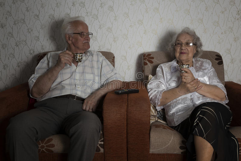 享用咖啡的资深夫妇 免版税库存照片
