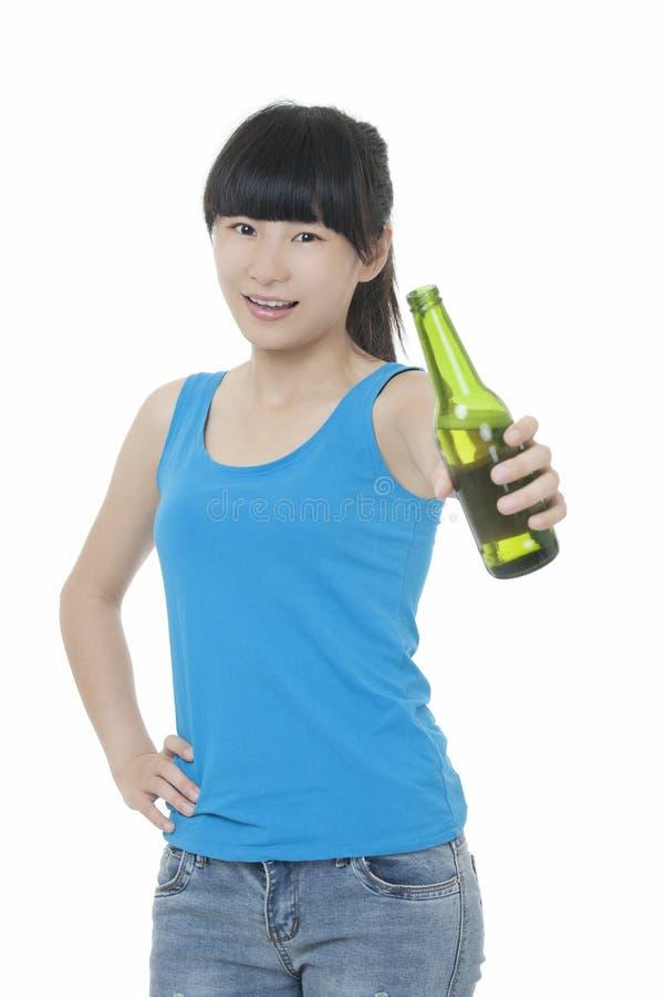 享用啤酒的亚裔妇女隔绝在白色 免版税库存图片