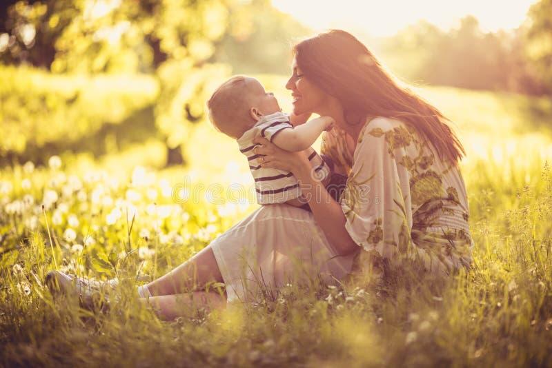 享用在与我的男婴的母性 库存照片