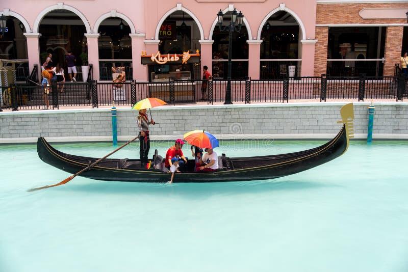 享用在威尼斯大运河购物中心的长平底船的人们,马尼拉大都会,菲律宾,2019年5月4日 库存图片