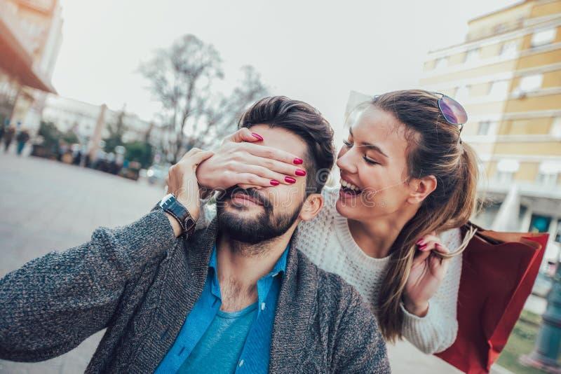 享用在室外咖啡馆的年轻夫妇在购物以后 库存照片