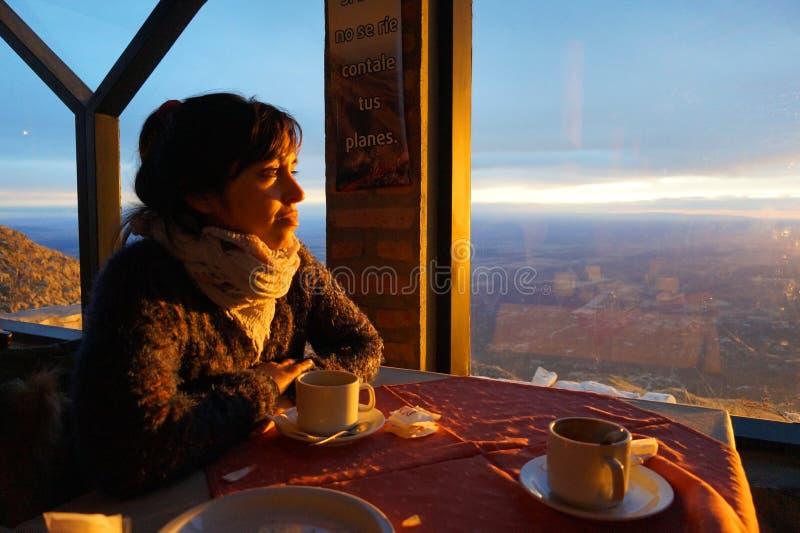 享用在山的一份咖啡 库存照片