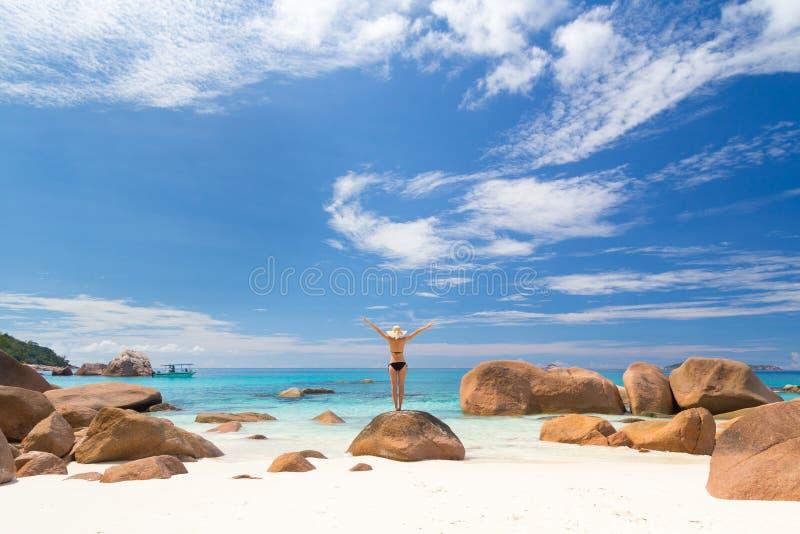 享用在普拉兰岛海岛,塞舌尔群岛上的妇女Anse拉齐奥图片完善的海滩 免版税库存照片