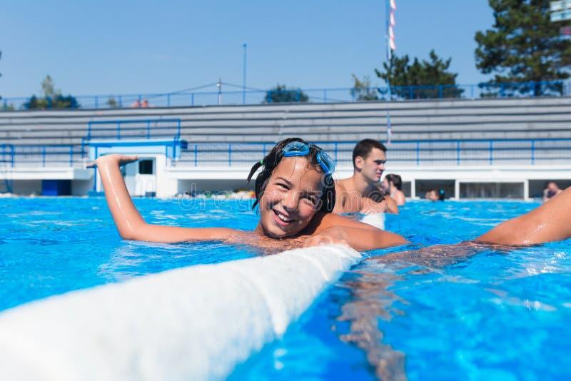 享用在水池的逗人喜爱的小女孩 库存图片