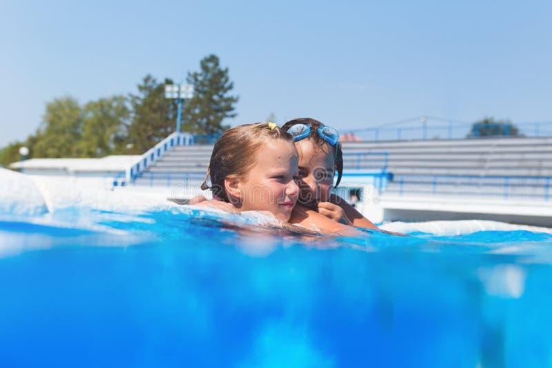 享用在水池的逗人喜爱的小女孩 图库摄影