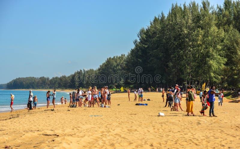 享用在海滩的人们 免版税库存照片