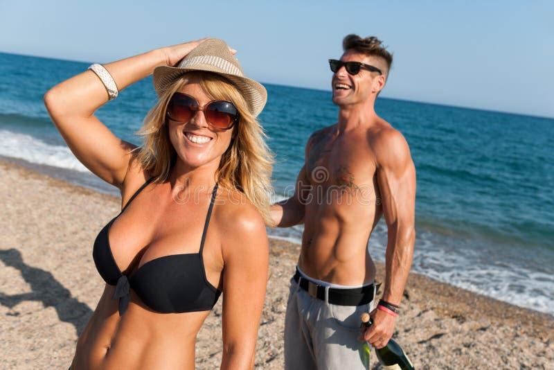 享用在海滩的夫妇下午星期日。 免版税库存图片