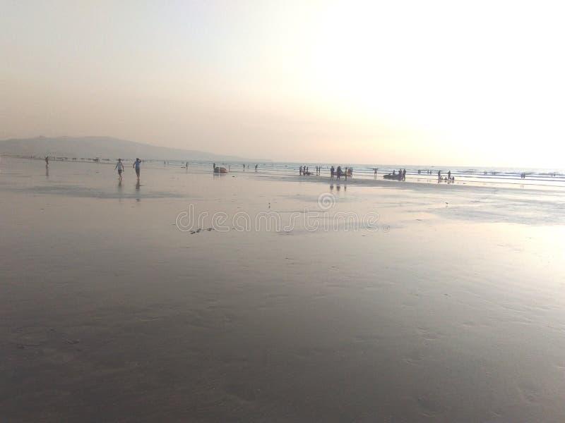 享用在海滩,海海滩 免版税库存图片