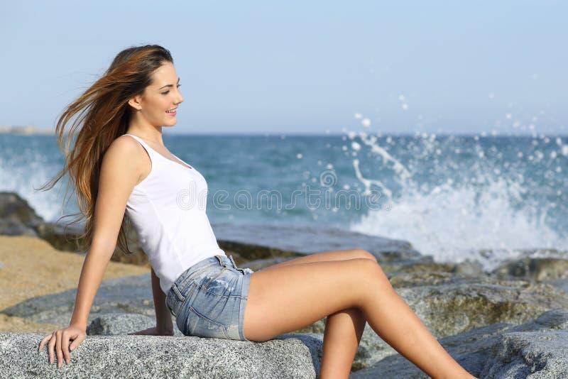 享用在海滩的美丽的妇女风 库存照片