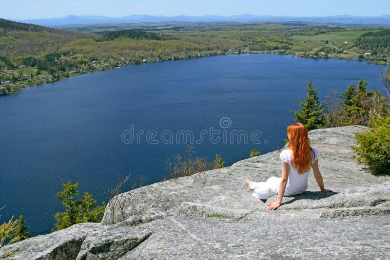 享用在视图妇女年轻人的湖 免版税库存图片