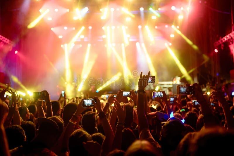 享用在音乐节的愉快的人群画象 库存照片