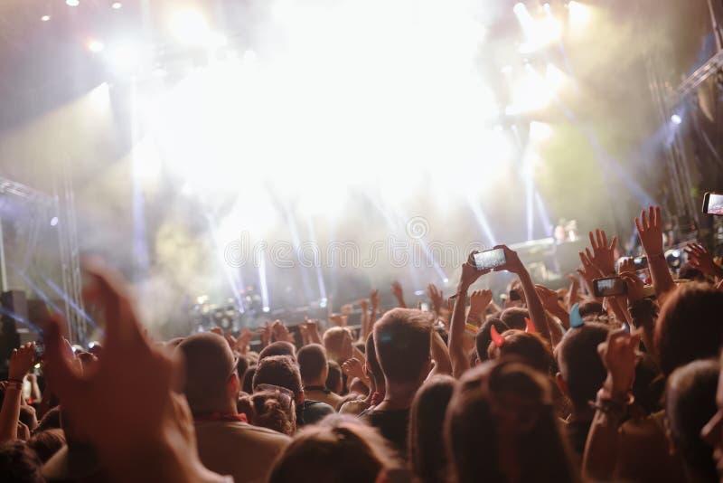 享用在音乐节的愉快的人群画象 免版税库存照片