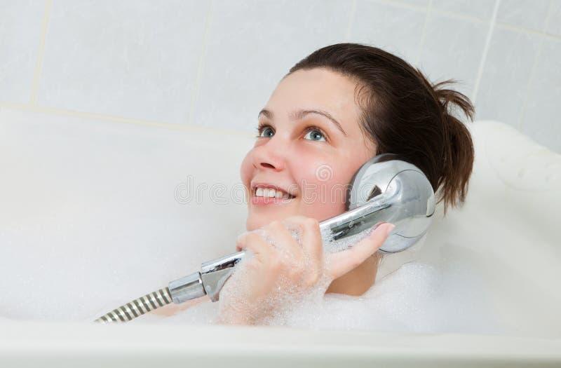 享用在浴缸的妇女的画象 免版税库存图片