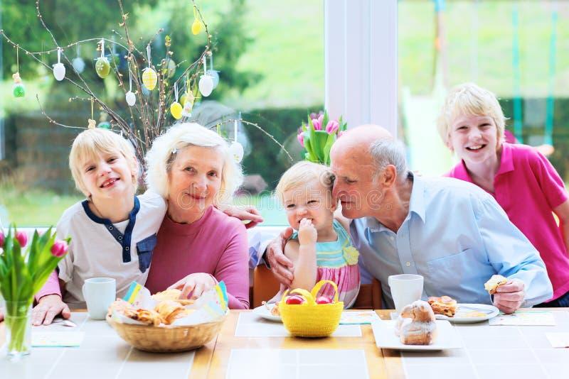 享用复活节早餐的家庭 库存照片