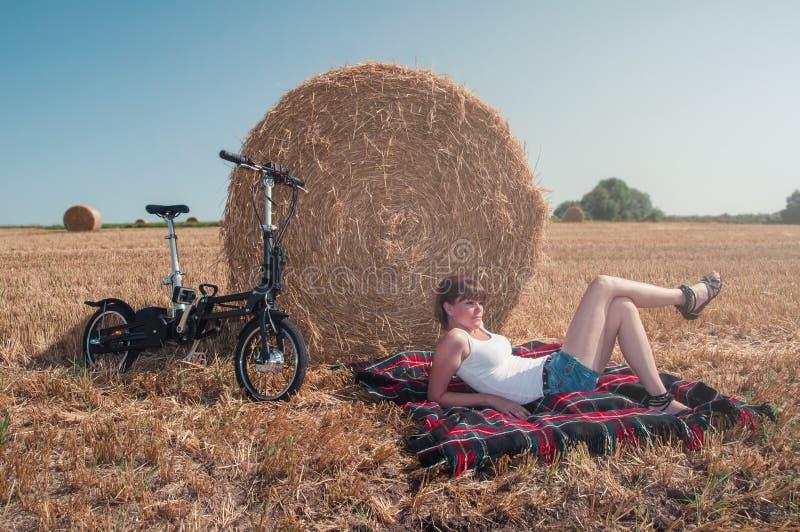 享用夏天太阳的年轻女人在国家 免版税图库摄影