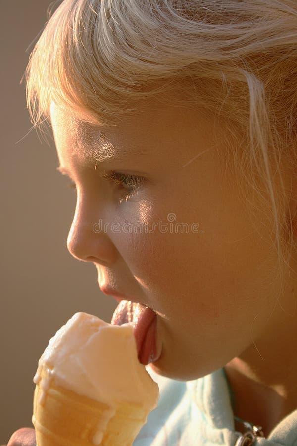享用女孩冰淇凌年轻人 免版税库存图片