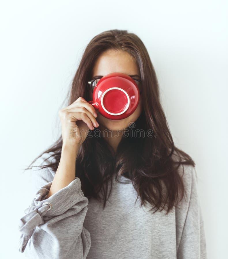 享用她的早晨咖啡的妇女 图库摄影