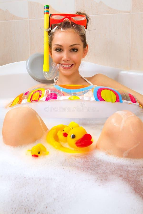 享用屏蔽废气管妇女的浴 图库摄影