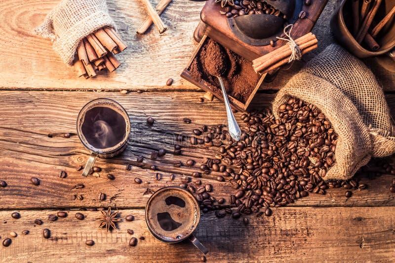 享用您的咖啡由研的五谷做成 免版税图库摄影