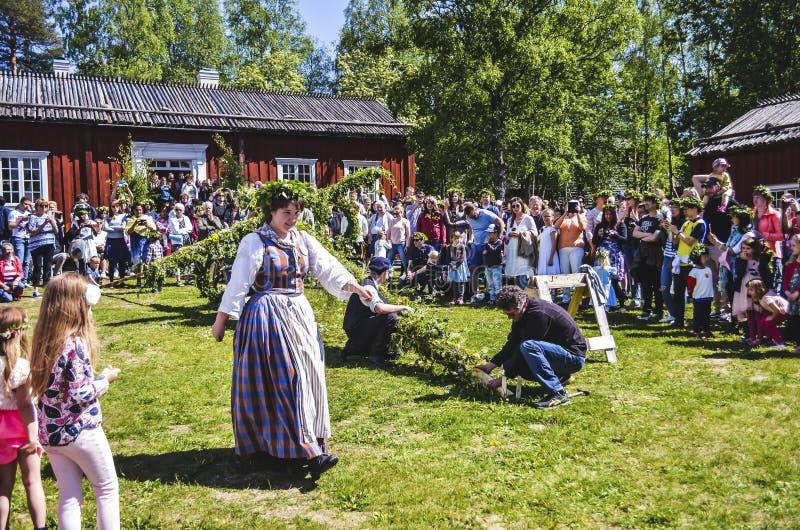 享用愉快的人民观看杆身分片刻,当通过和等待瑞典中间夏日时的美女 免版税库存图片