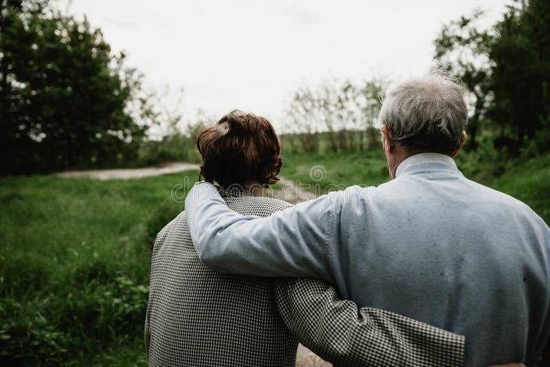 享用愉快的资深的家庭一起花费时间 免版税库存图片