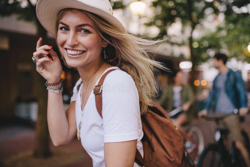 享用户外与朋友的可爱的妇女在后面 图库摄影