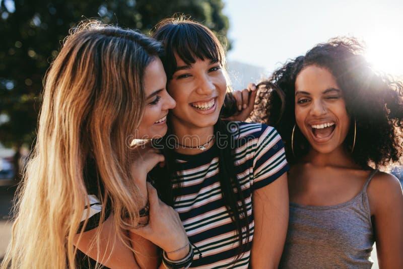 享用户外在城市的女性朋友 免版税库存图片