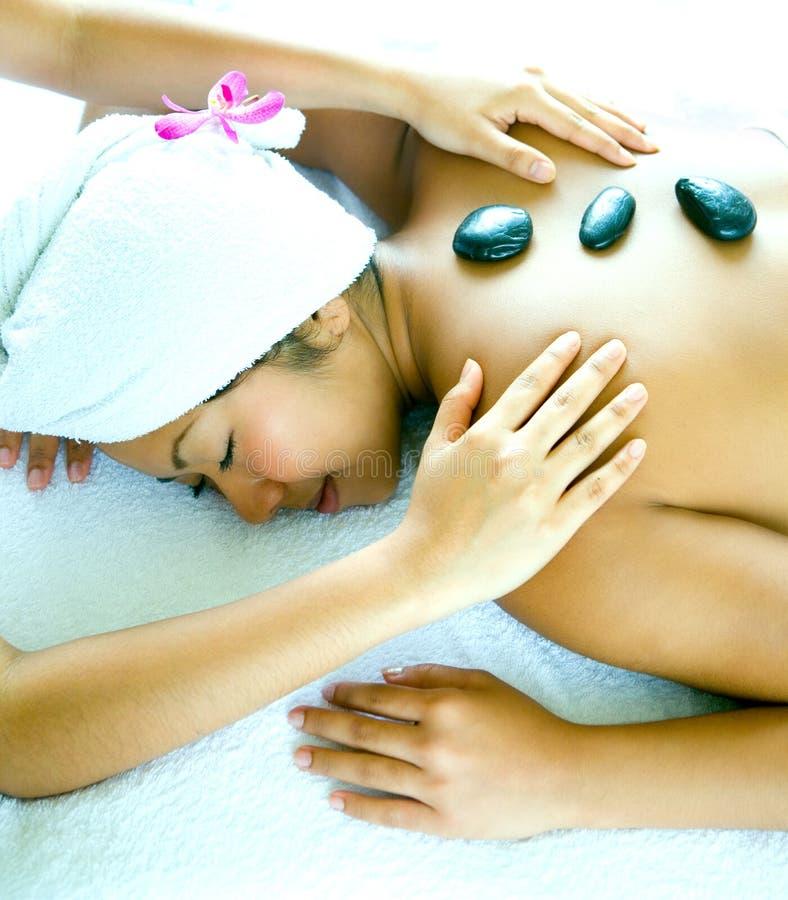 享用按摩石疗法妇女 库存图片