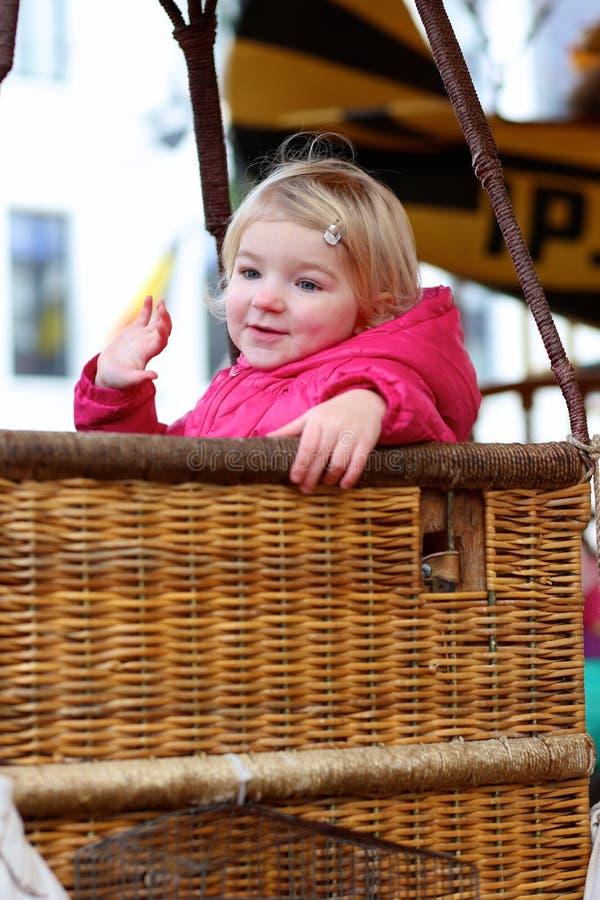 享用旋转木马的小女孩 免版税库存照片