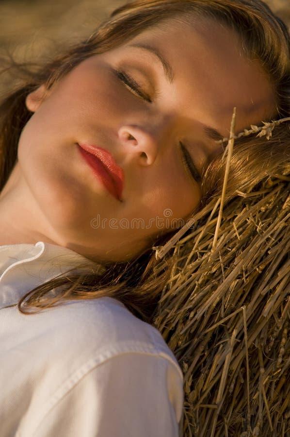 享用日落妇女年轻人 库存图片