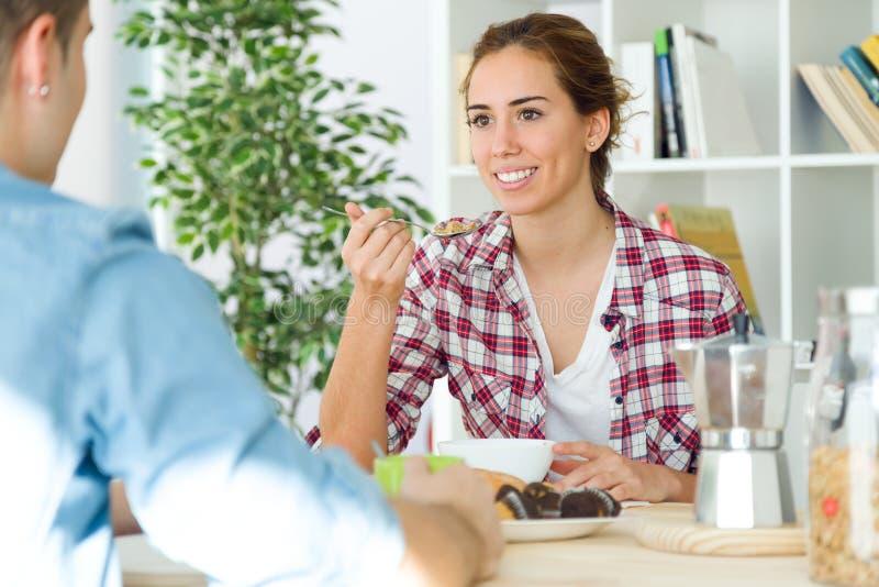 享用早餐的美好的年轻夫妇在他们新的家 免版税库存照片