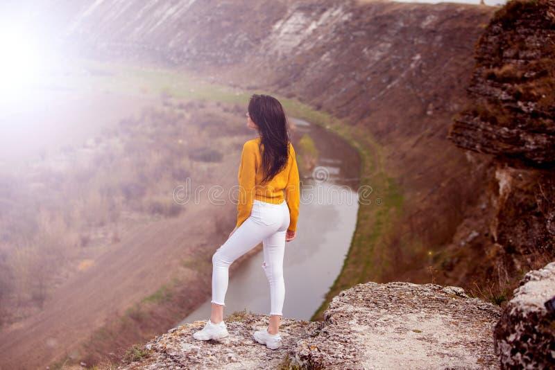 享用本质妇女 旅行和旅行癖概念 免版税库存照片
