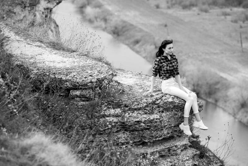 享用本质妇女 旅行和旅行癖概念 免版税库存图片