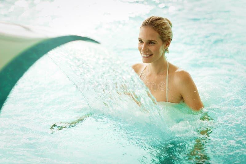 享用水的喷气机在健康手段的美丽的妇女 免版税库存照片
