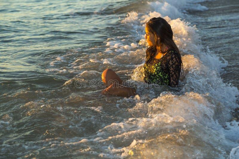 享用海浪的少妇 免版税库存照片