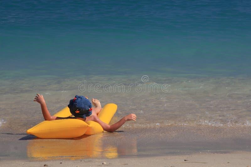 享用海运的男孩 免版税库存照片