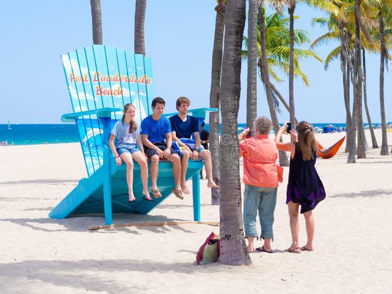享用海滩的家庭在劳德代尔堡在佛罗里达 免版税库存图片