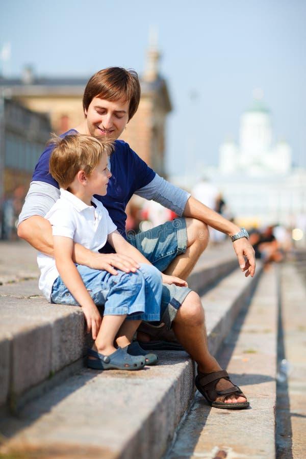 享用父亲儿子的中心城市日 免版税库存图片