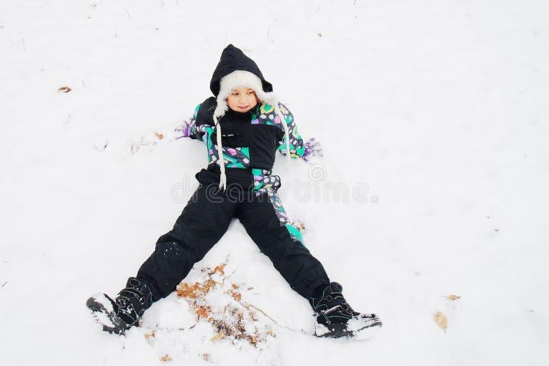 享用第一雪的小女孩 库存图片