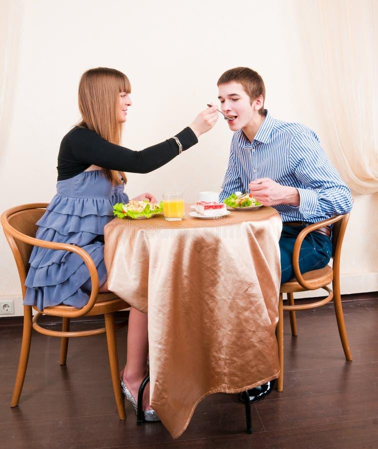 享用膳食进餐时间年轻人的夫妇 库存照片