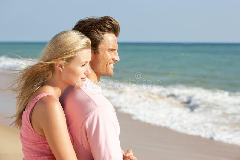 享用节假日星期日年轻人的海滩夫妇 库存图片