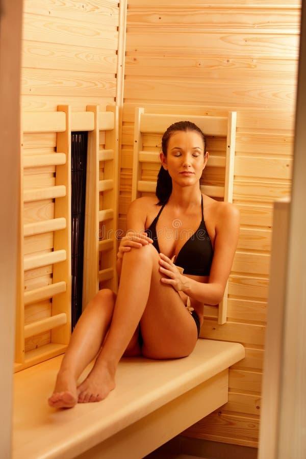 享用蒸汽浴妇女 免版税图库摄影