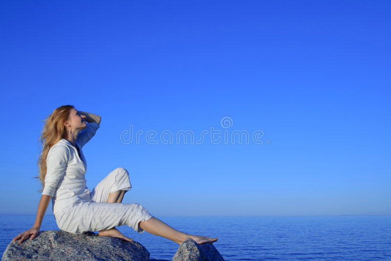 Download 享用轻松的海运日落妇女年轻人 库存图片. 图片 包括有 湖边, 幸福, 享用, 生活方式, 居住, 健康, 衣裳 - 6316453