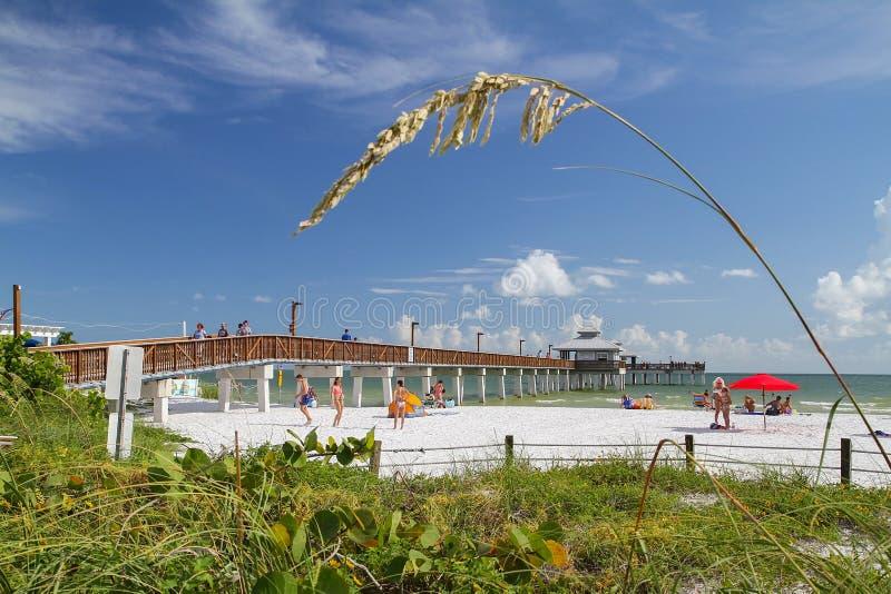 享用迈尔斯堡的人们在佛罗里达,美国使码头靠岸 库存图片