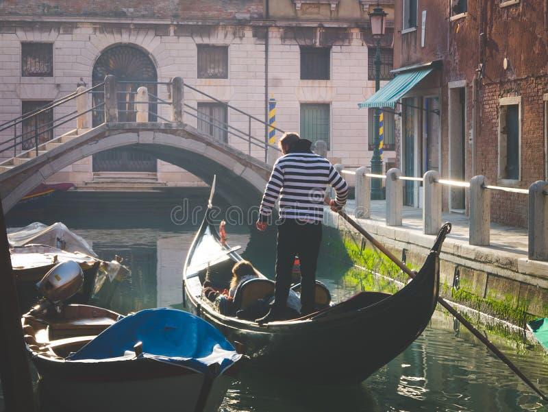 享用长平底船的游人夫妇在水道游览  库存照片