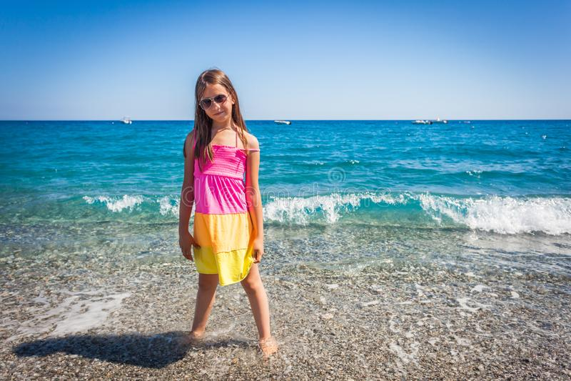 享用陆间海的白种人女性孩子 库存图片