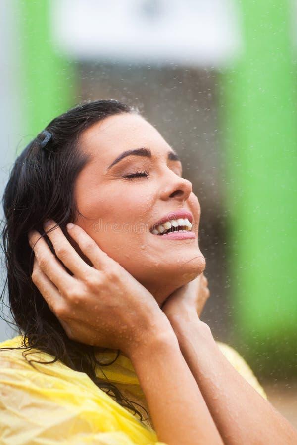 享用雨的妇女 库存图片