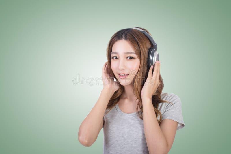 享用音乐妇女 免版税库存图片