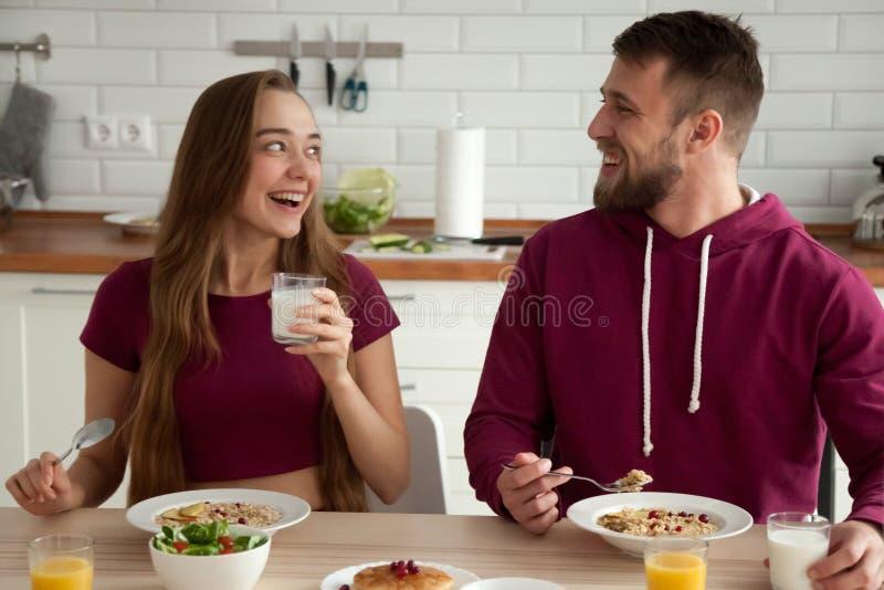 享用鲜美健康早餐的愉快的夫妇早晨 库存图片